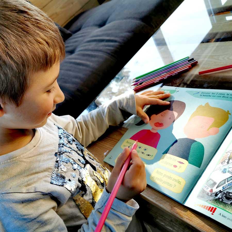 un enfant en train de dessiner des personnages
