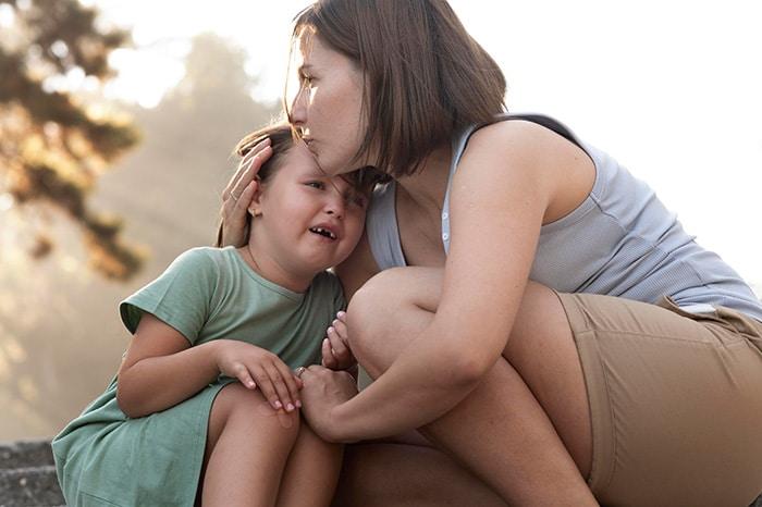 mère consolant son enfant