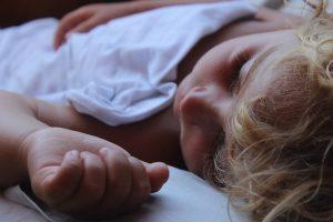 Des postures de yoga pour aider nos enfants à bien s'endormir