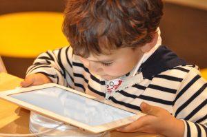 pourquoi les enfants sont ils attirés par les écrans
