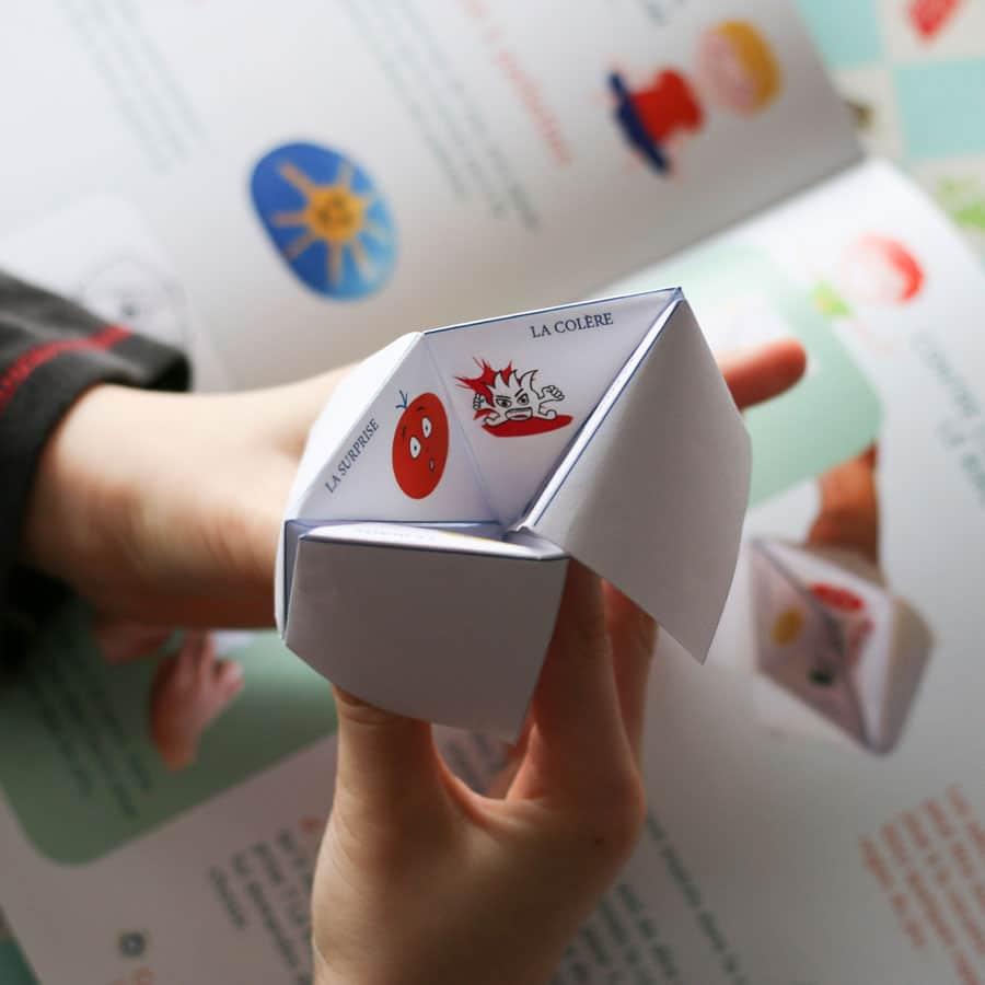 Enfant jouant avec une cocotte en papier - activité manuelle ludique à la maison avec du papier - Cocotte sur le thème des émotions