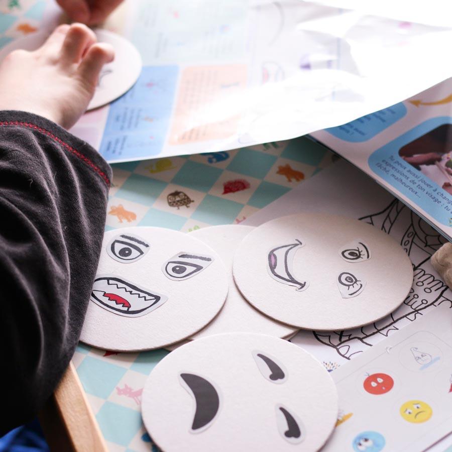 """Contenu de la Box d'activités Picadelo dédiée aux """"émotions"""" : magazine, jeux, kit d'activités originales pour apprendre à identifier, exprimer et gérer ses émotions"""