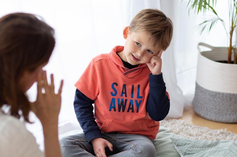 Un enfant signe un mot avec sa maman. Ils s'initient à la Langue des Signes Francaises LSF avec box et kit d'activité Picadelo