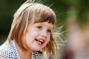 Petite fille heureuse épanouie