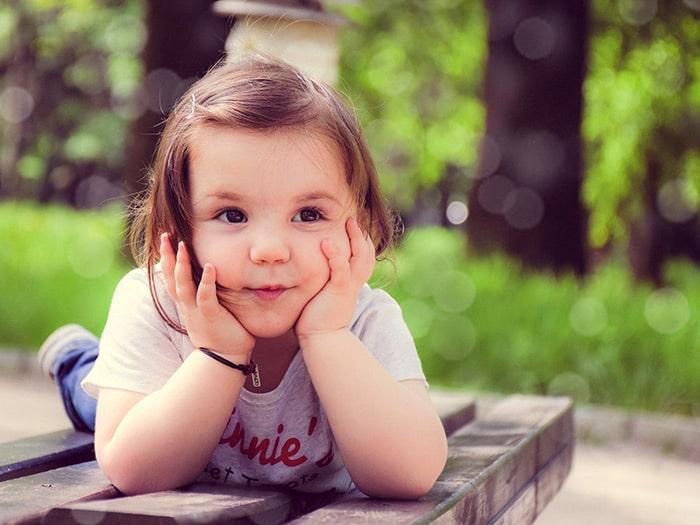 petite fille qui pense