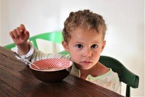 enfant au petit déjeuner
