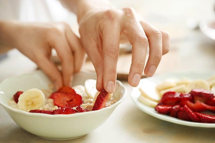 préparer le petit déjeuner en famille